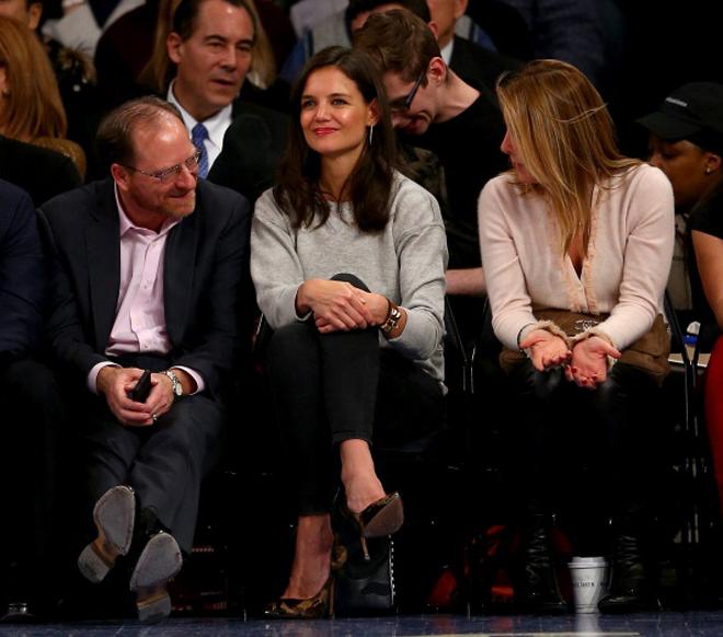 La casi siempre elegante Katie Holmes disfrut� de lo lindo a pie de pista del partido entre Knicks y Heat.