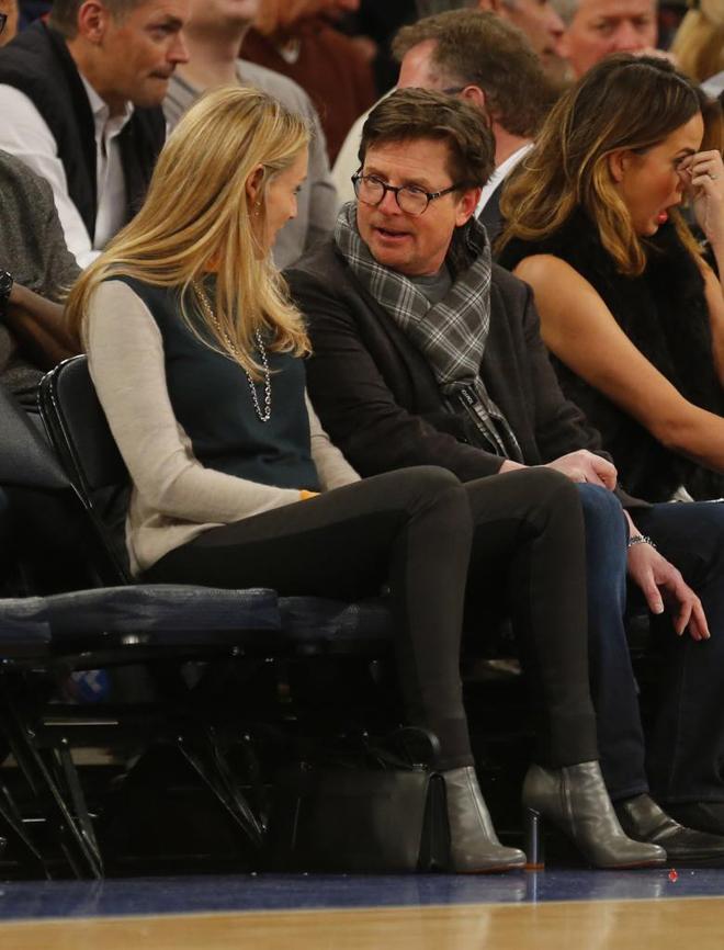 El actor Michael J. Fox y su esposa Tracy Pollan disfrutaron en el Madison, a pie de pista, del partido entre Knicks y Nets.