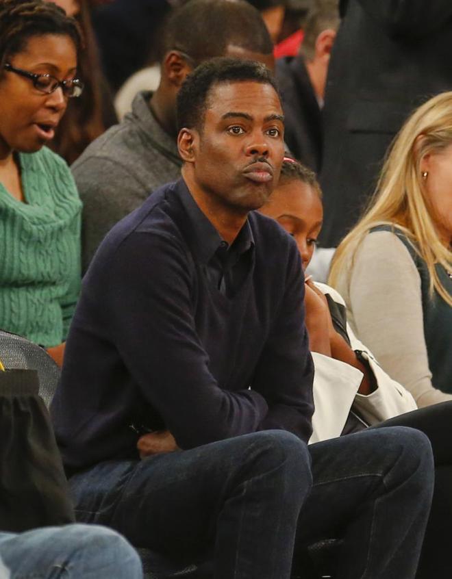 El c�mico y actor Chris Rock, cuatro veces ganador de premios Emmy, disfrut� a pie de pista en el Madison del partido entre Knicks y Nets.