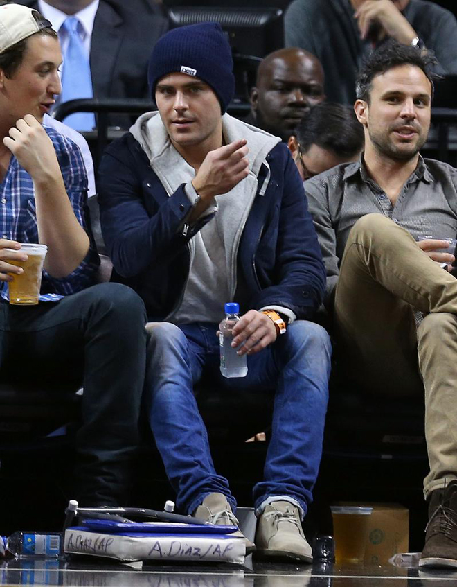Zac Efron, el inolvidable Troy Bolton de High School Musical, disfrut� a pie de pista en Miami del partido entre Heat y Lakers.
