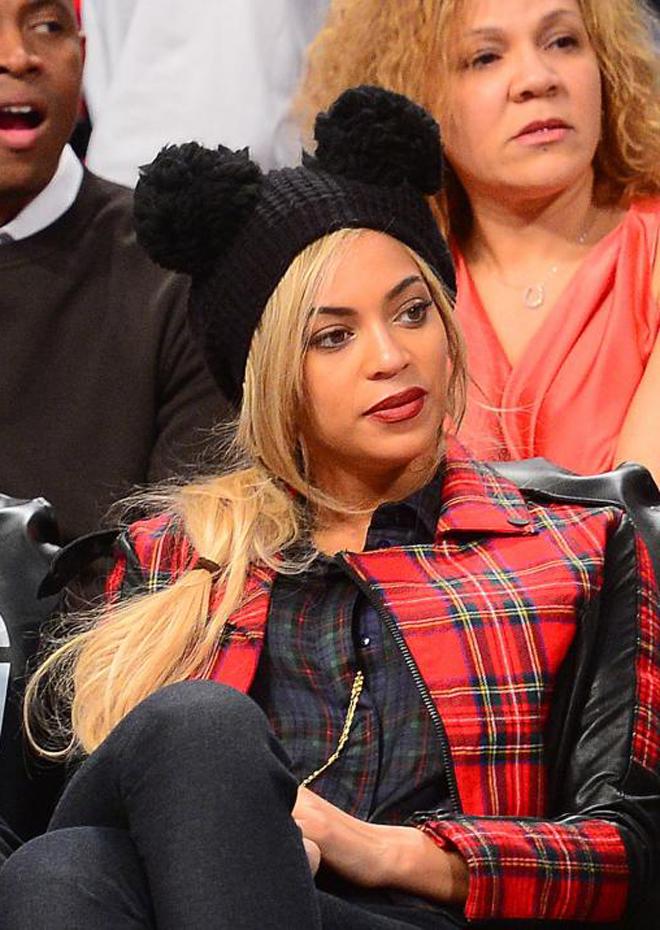 Beyonce, acompañada por su esposo Jay-Z y el rapero Young Jeezy, no se perdió el partido entre Nets y Sixers en el Barclays Center de Brooklyn.