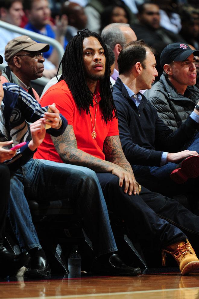 El rapero Waka Flocka Flame disfrutó a pie de pista en el Philips Arena de Atlanta del partido entre Hawks y Pacers.