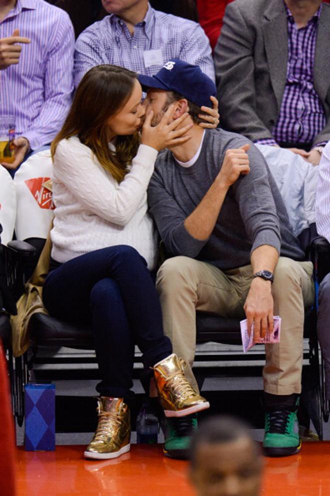 La embarazada acriz Olivia Wilde, famosa en España por su papel en 'House', besándose con su enamorado Jason Sudeikis durante el partido en el Staples entre Clippers y Spurs.