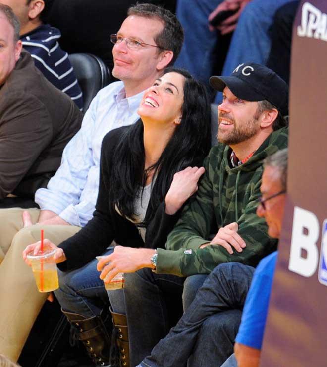 La actriz y cómica Sarah Silverman y el actor Jason Sudeikis disfrutaron a pie de pista del Staples Center del partido entre Lakers y Rockets.