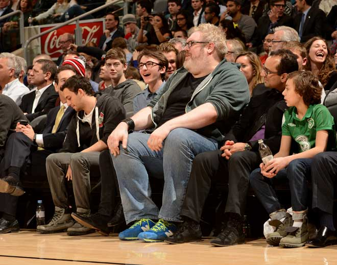 Bran Stark (Isaac Hempstead-Wright) y el gigantesco Hodor (Kristian Nairn) se escaparon por una noche de Juego de Tronos para disfrutar a pie de pista en Toronto del partido entre Raptors y Bulls.