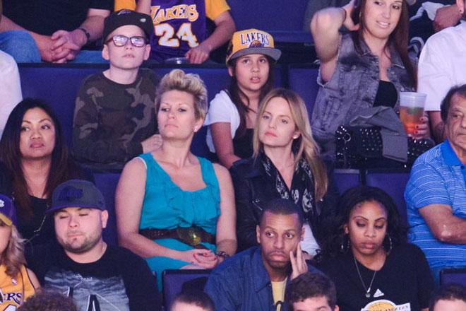 La actrices Mena Suvari, protagonista de American Beauty, y Kristina Mitchell son algunos de los rostros conocidos que se vieron por el Staples Center durante el partido que enfrent� a Lakers y Nets.