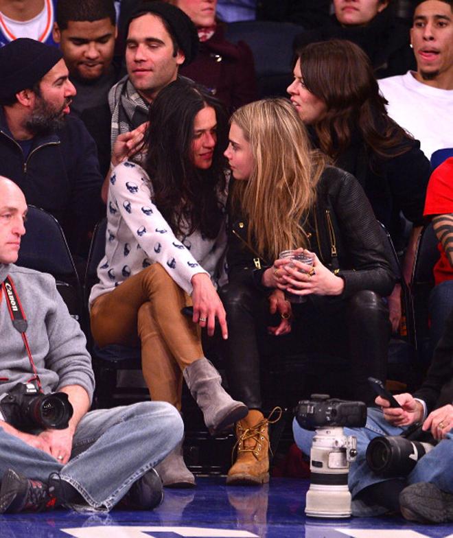 Michelle Rodriguez, famosa por sus papeles y Avatar o 'Fast & Furious', y la joven supermodelo Cara Delevingne fueron las grandes protagonistas extradeportivas durante el partido que enfrentó a Knicks y Pistons. La famosa actriz, que ha reconocido en varias ocasiones su bisexualidad, no paró de coquetear en estado de embriaguez con la joven modelo.