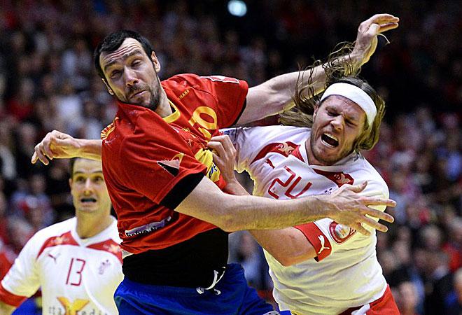 Guardiola y Hansen chocan en una jugada que resume los dos trenes que son las selecciones de España y Dinamarca.
