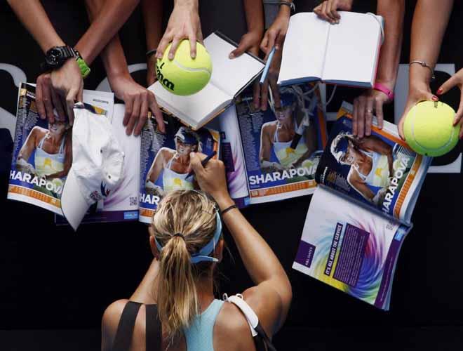 La tenista Sharapova atiende a sus fans tras su victoria en el Open de Australia.