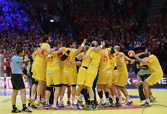 Los integrantes de España se abrazan para celebrar el bronce obtenido.