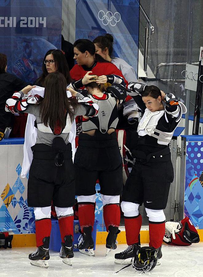 Jugadores del equipo de hockey canadiense cambian sus camisetas durante un entrenamiento.