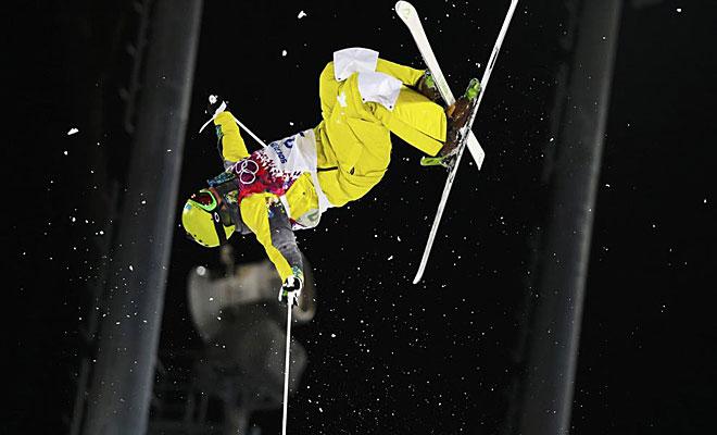 Los esquiadores realizan acrobacias que incluso cuesta imaginarlas.