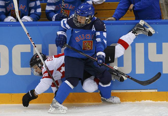 El hockey sobre hielo es un deporte de contacto. Si no que se lo digan a la suiza Romy Eggimann y a la finesa Emma Terho, protagonistas de esta instant�nea.