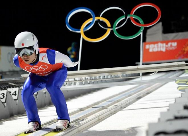 Los anillos ol�mpicos 'observando' la preparaci�n del esquiador japon�s Daiki Ito.