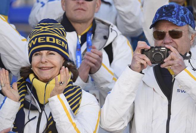 El rey Carlos XVI Gustavo y la reina Silvia Sommerlath de Suecia, felicitando a las campeonas ol�mpicas de los relevos de esqu� de fondo.