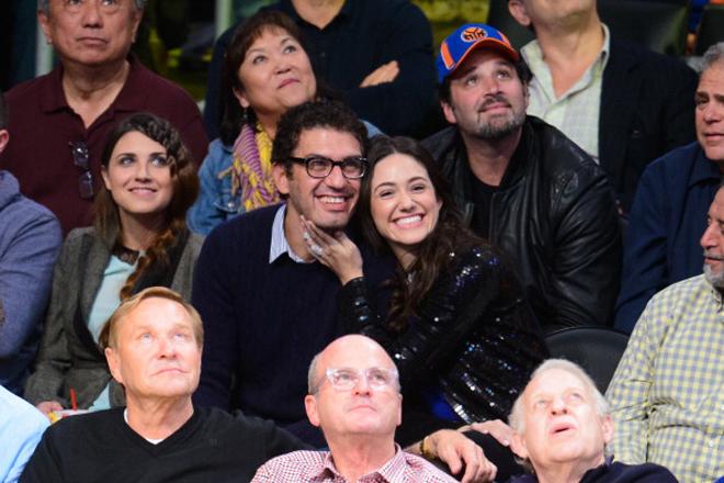 La bella actriz Emmy Rossum, la tierna adolescente de la película El Día de Mañana convertida años después en la apasionada Fiona Gallagher de la serie entre las series, Shameless, se lo pasó en grande a pie de pista del Staples Center junto a su novio viendo el triunfo de los Lakers ante los Knicks.