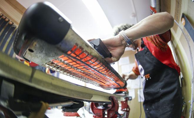 """Los skiman aplican capas de cera sobre el esqu� como si fuera una cebolla. Con el calor se fija y penetra. Esta parte es muy importante porque """"a medida que van esquiando, se van eliminando capas""""."""