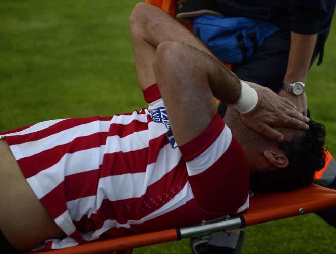El jugador fue retirado en camilla trasladado al hospital inmediatamente.