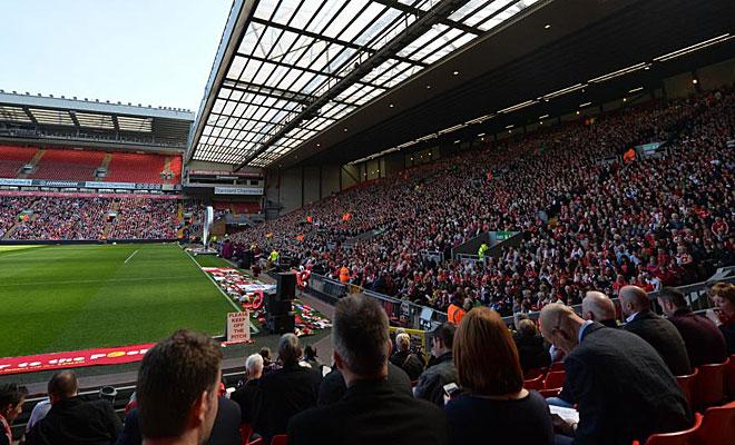 Los aficionados respondieron y cubrieron buena parte de la grada de Anfield.