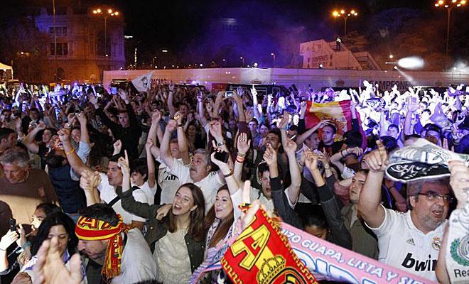 Los aficionados del Real Madrid, esperando a los jugadores en Cibeles.