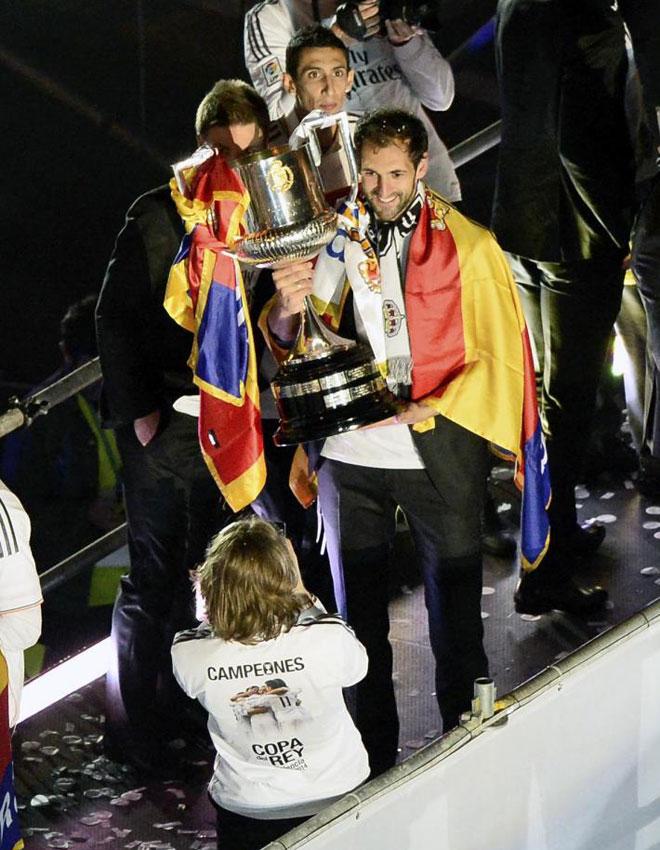 Diego L�pez posa mientras Modric le saca una foto.