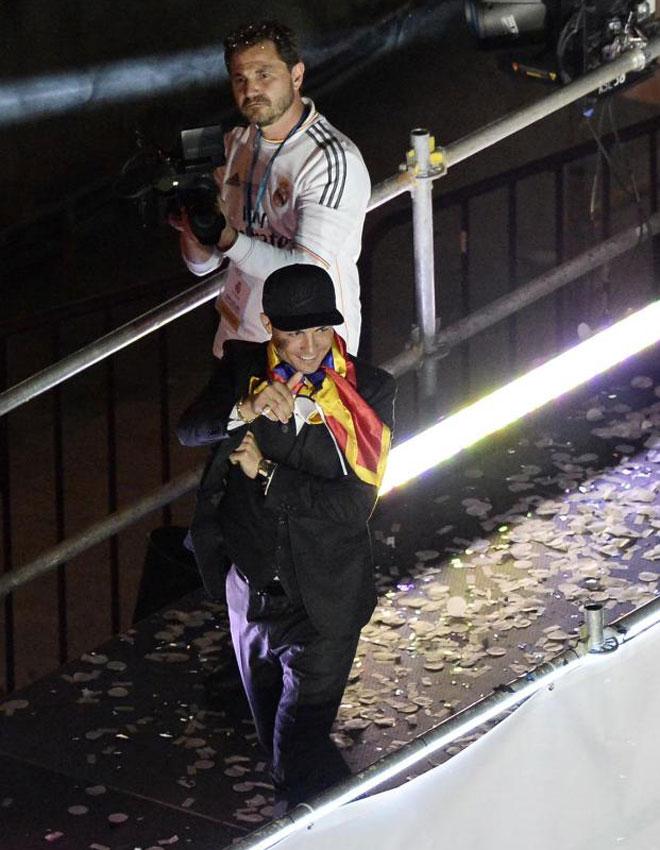 El portugu�s, que no pudo jugar la final, combin� el traje con una gorra.