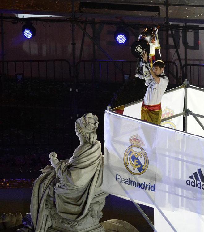 Casillas, con la Copa al lado de la Cibeles.