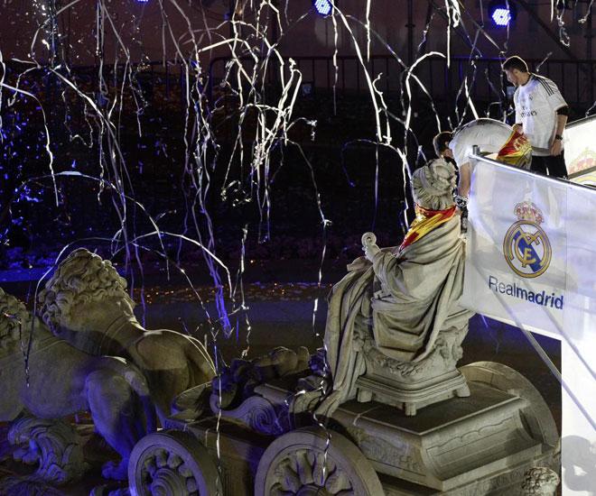 El capit�n del Madrid atavi� a la diosa con una bufanda madridista y una bandera de Espa�a.