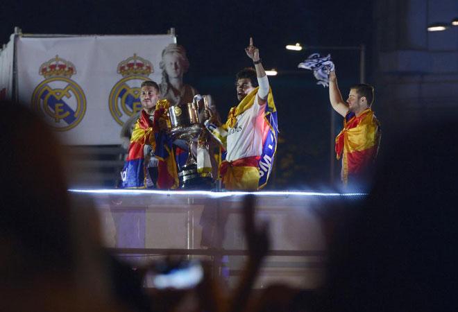 Pepe y Ramos, enormes en la final, con el trofeo.