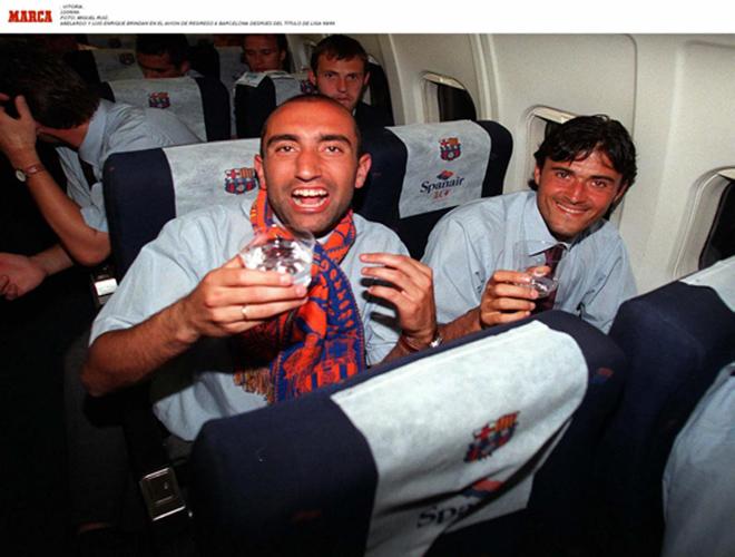 Luis Enrique celebra con Abelardo el campeonato de Liga en la temporada 1997/98. A ese título el asturiano suma la Liga de la 98/99 y las Copas del Rey de 1997 y 1998.