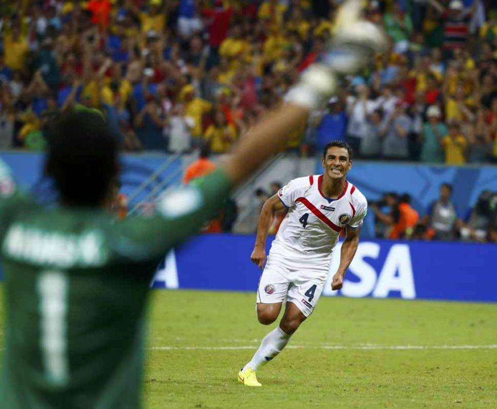 Uma�a marc� el tanto que certificaba el pase de Costa Rica a cuartos.