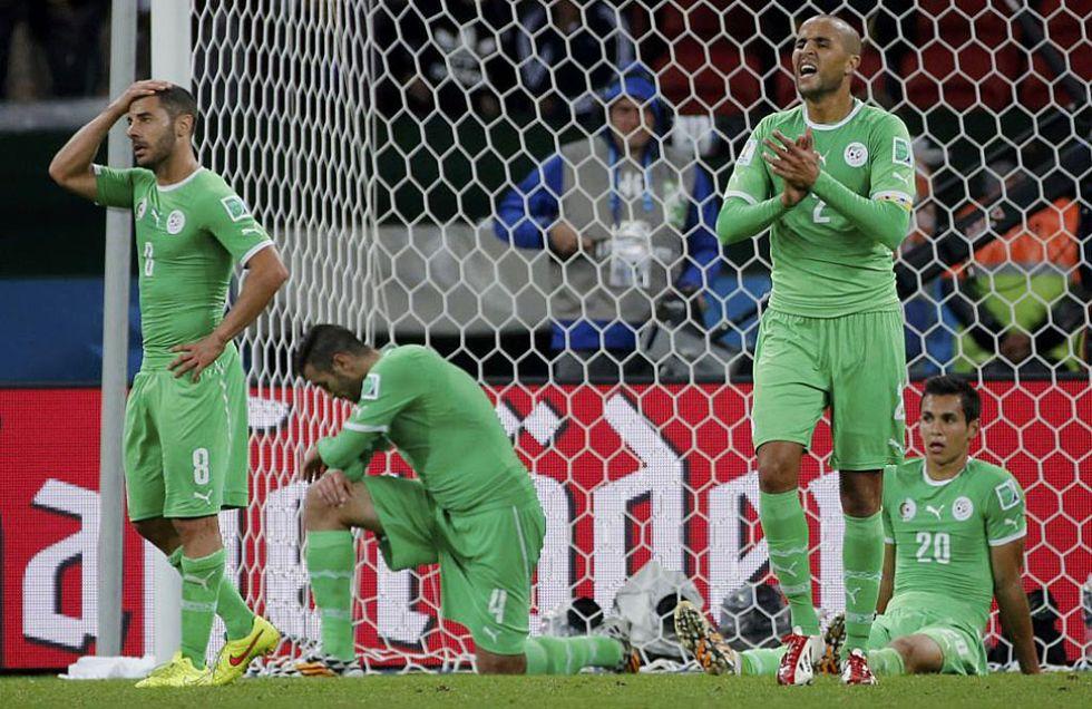 Los jugadores argelinos se lamentan tras el tanto de Özil.