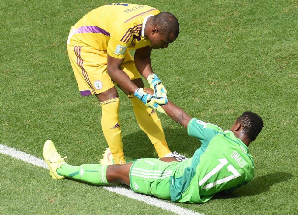 Onazi pareció decir adiós al Mundial por culpa de su rodilla, pero el nigeriano siguió en el campo.