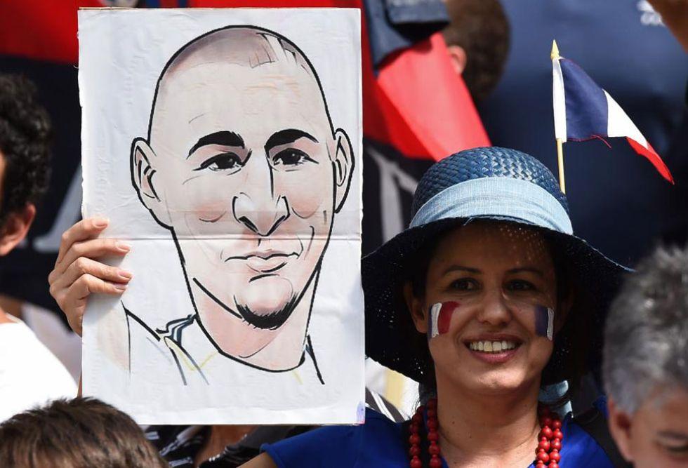 Esta aficionada mostr� el rostro de la figura de Francia. Es el d�a que Benzema fue presentado como fichaje de Florentino en el Bernab�u.