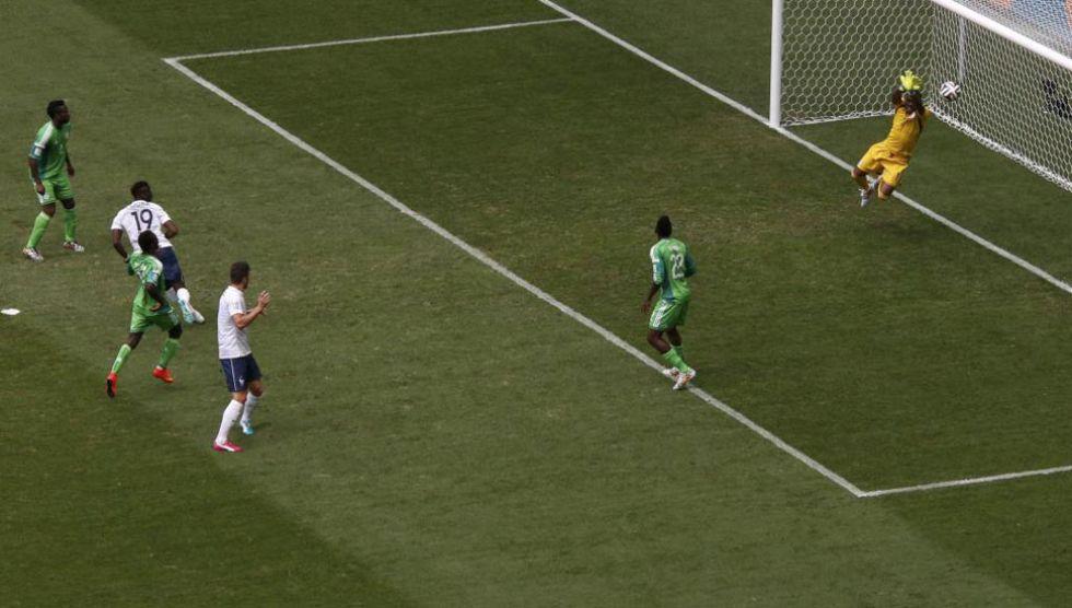 El portero de Nigeria le hizo esta gran parada a Pogba. Puros reflejos.