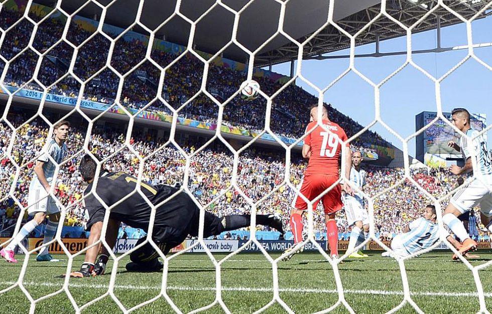 Romero salv� a Argentina en la primera mitad despu�s de este disparo de Xhaka.