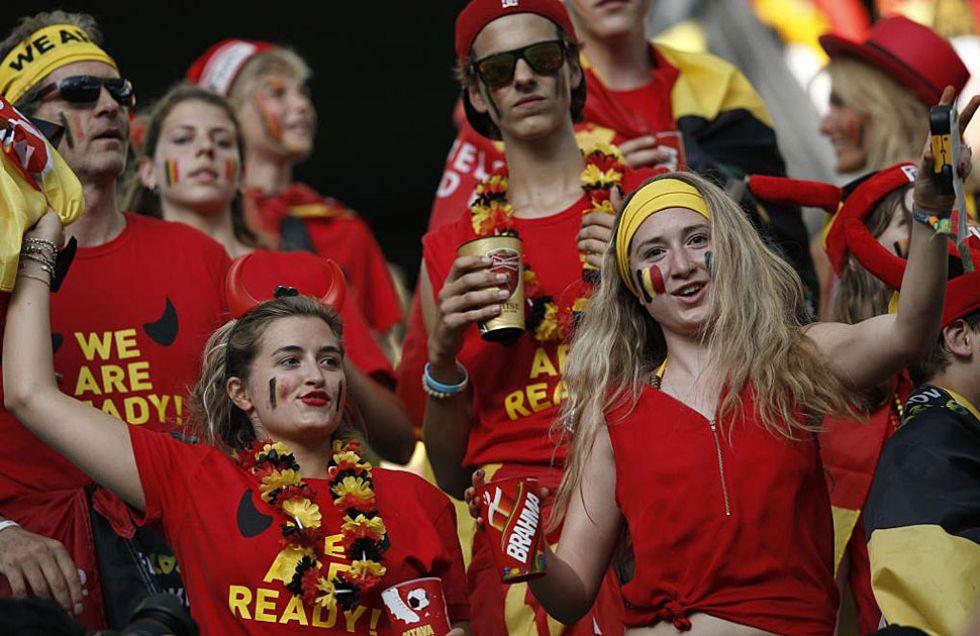 Aficionados belgas en el Arena Fonte Nova de Salvador.