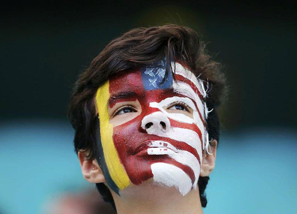 Un aficionado con la cara pintada con las banderas de los dos equipos. �Con qui�n ir�?