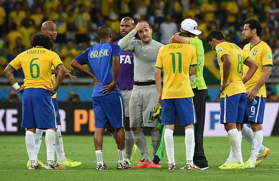 Los jugadores brasile�os abatidos a la finalizaci�n del partido.