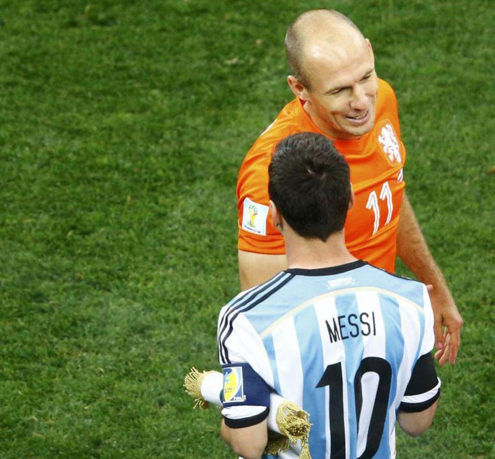 Robben y Messi se saludan antes de rodar el balón. Los focos ya les perseguían.