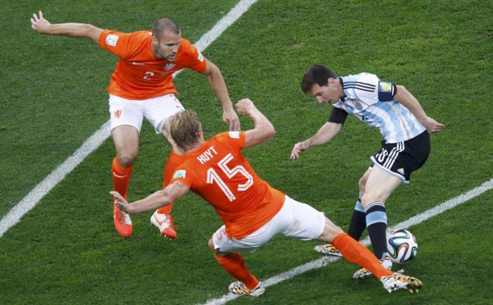 Holanda defiende en cadena a Leo Messi, perseguido por todos los rincones del campo.