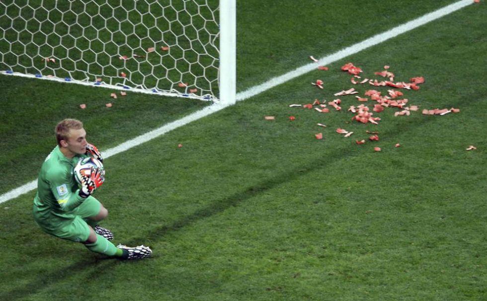 Con esta firmeza se qued� Cillessen con el bal�n tras una la falta pegada por Leo Messi.