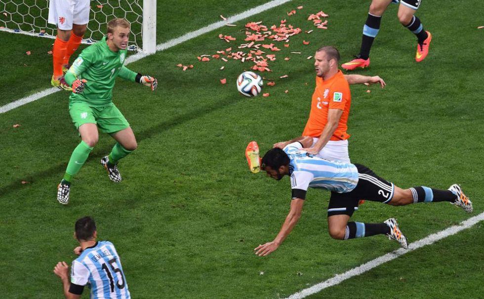 Garay pudo marcar en esta acción, pero su remate se marchó fuera. De regalo se llevó una patada en la cara de Vlaar.