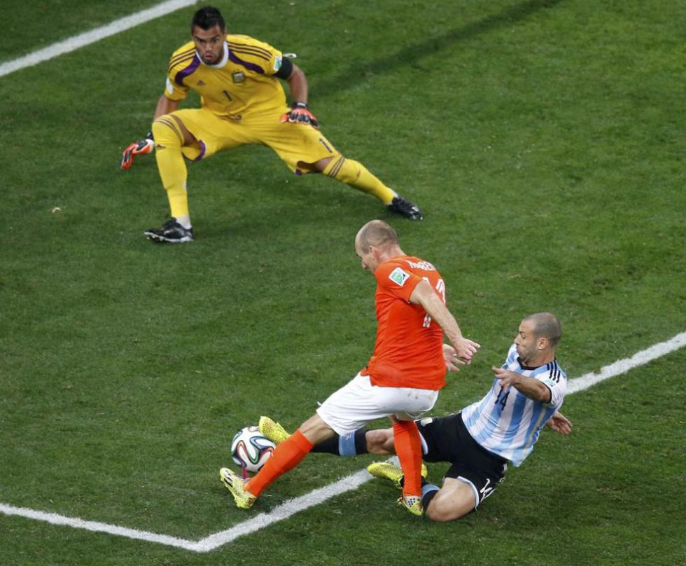 Mascherano, providencial al final de la segunda parte en esta acci�n con Robben.