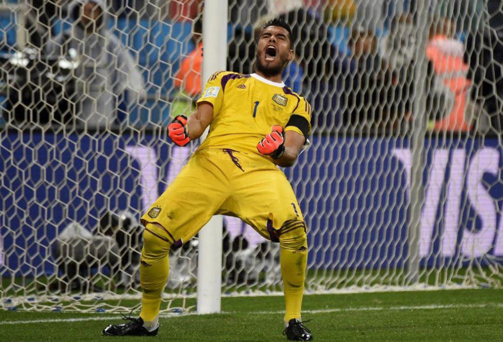 Sergio Romero par� dos penaltis y se convirti� en h�roe nacional argentino.