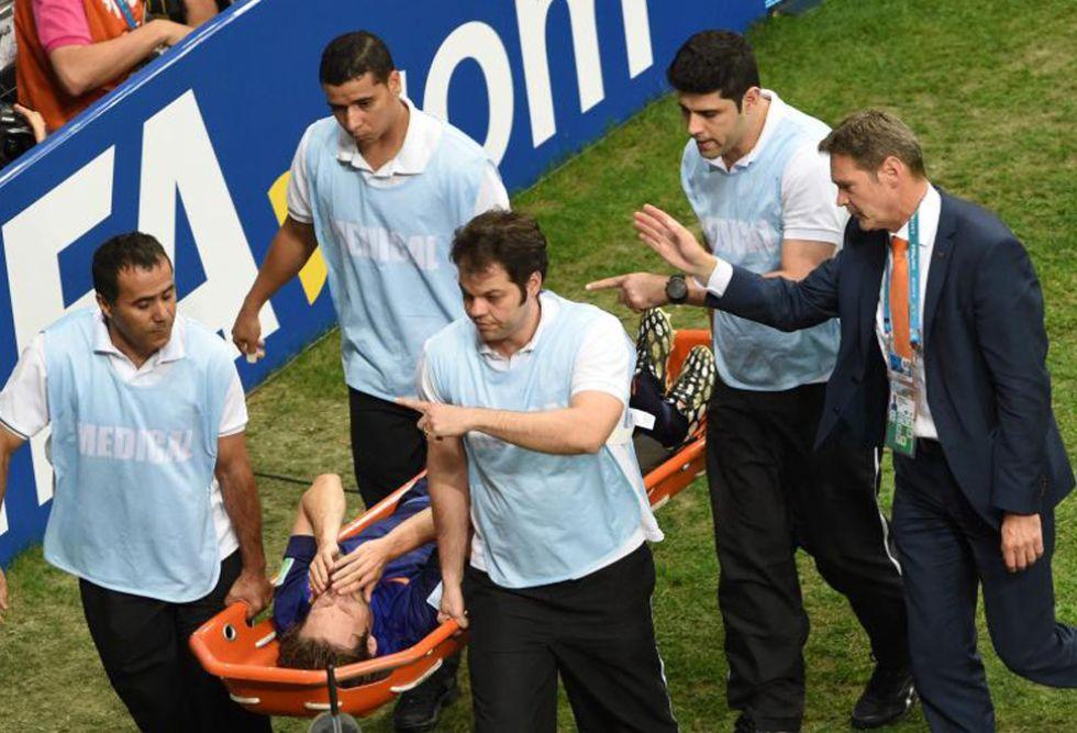 El jugador del Ajax se fue del partido en camilla tras un choque con Oscar en el que Brasil pidió penalti.