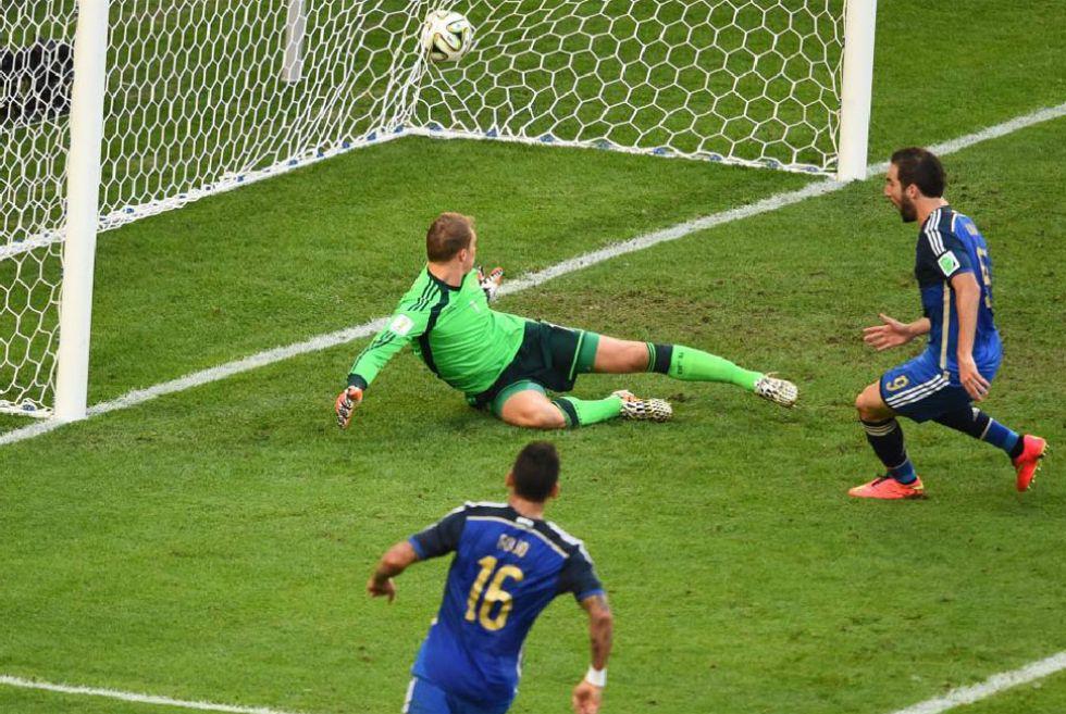 El árbitro de la final anuló un gol a Higuaín por claro fuera de juego.