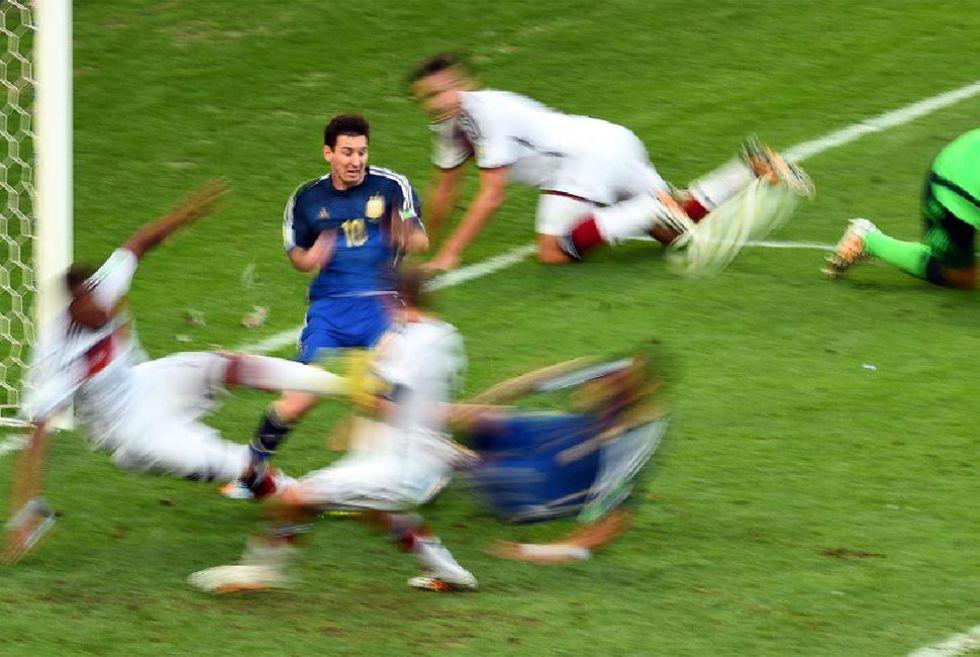 Leo Messi intentó crear peligro con su velocidad. Tuvo una ocasión clara antes del descanso.