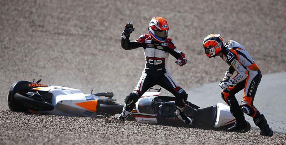El accidentado Gran Premio de Alemania de Moto3 nos dej� una imagen muy poco habitual. Los holandeses Bryan Schouten y Scott Deroue se fueron al suelo al comienzo de la carrera pero Schouten se tom� muy mal la ca�da y, tras levantarse, se fue directo a por su compatriota para abalanzarse sobre �l. Los comisarios de pista tuvieron que separar a los pilotos.
