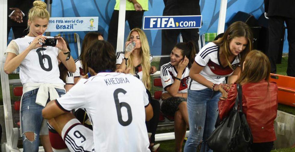 Khedira posa para una foto ante su mujer.